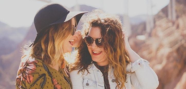 女性2人が談笑している様子