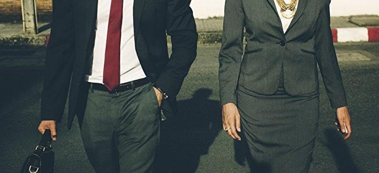 男性と女性のスーツ姿