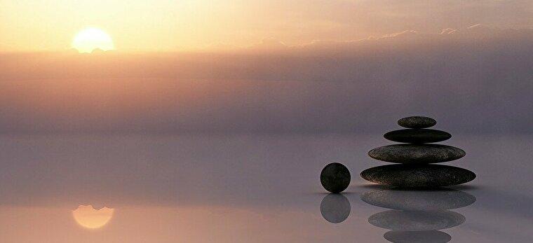 水面にたたずむ石