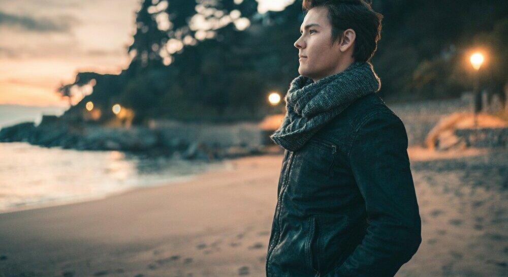 夕日を背にする男性