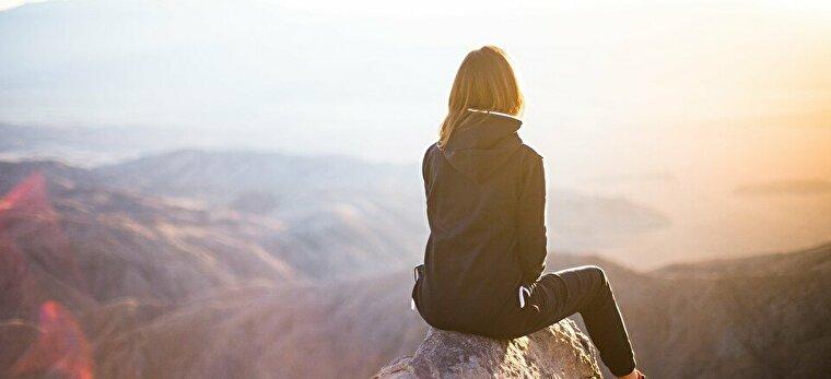 石の上に座る女性