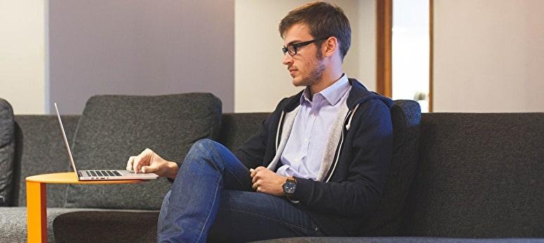眼鏡をかけている男性
