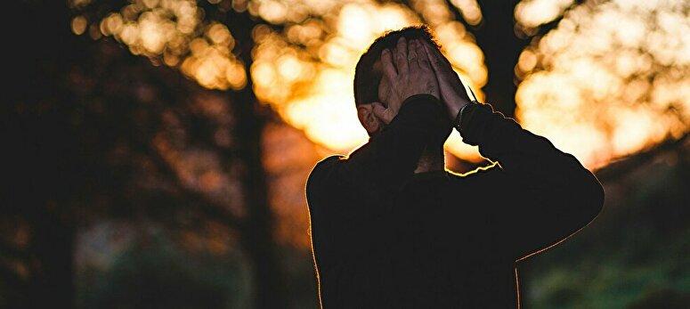 泣く男性の姿