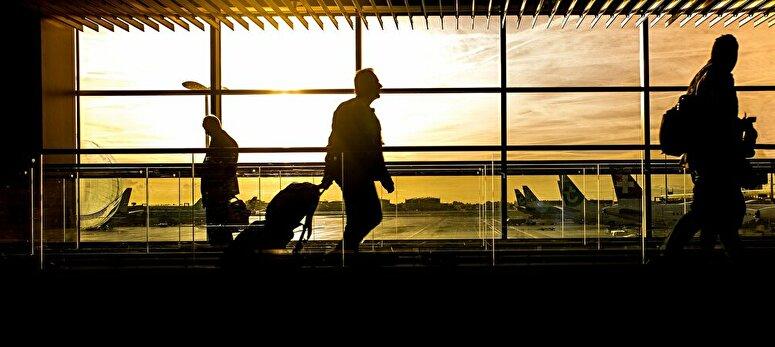 西日を受ける空港