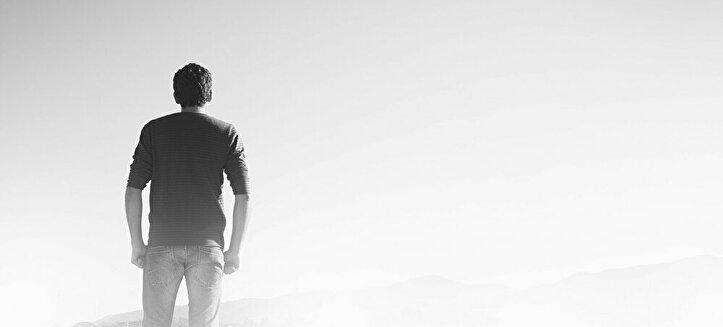白い霧の中に立つ男性